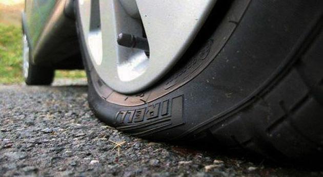 pneu furado Como mudar um pneu furado em segurança?