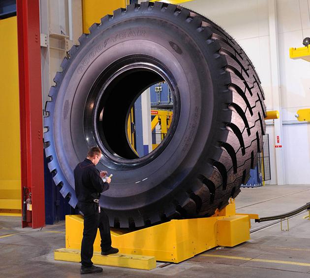 pneu maior do mundo Sabia que o maior pneu mede e pesa o mesmo que um elefante?