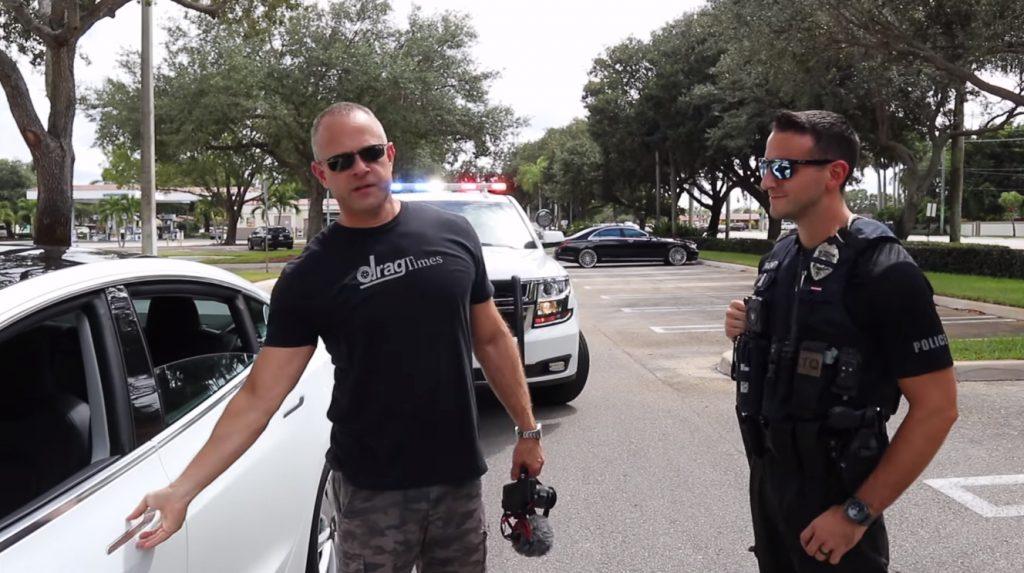 dsfsdf 1024x573 Tesla sem condutor é abordado pela polícia depois não parar a um sinal de STOP