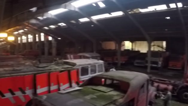 copy 628x356 Canal de youtube Crazy515 explora barracão com 83 viaturas de bombeiros ao abandono