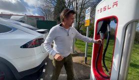 tesla 1 280x161 Richard Hammond num hilariante vídeo com a sua esposa num Tesla