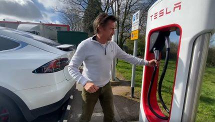 tesla 1 430x244 Richard Hammond num hilariante vídeo com a sua esposa num Tesla