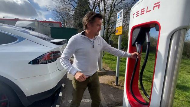 tesla 1 628x356 Richard Hammond num hilariante vídeo com a sua esposa num Tesla